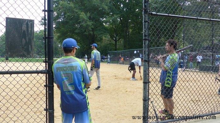 Quelques joueurs de baseball qui profitent de l'un des nombreux terrains disponibles.