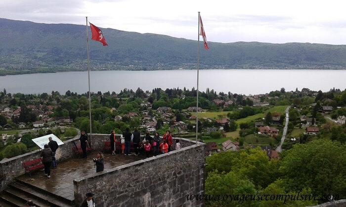 Vue sur le lac d'Annecy depuis le Château de Menthon Saint-Bernard