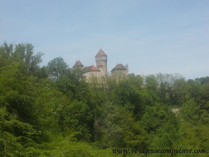 Vue sur le Château de Montrottier, à 15 minutes d'Annecy, situé juste à côté des Gorges du Fier.