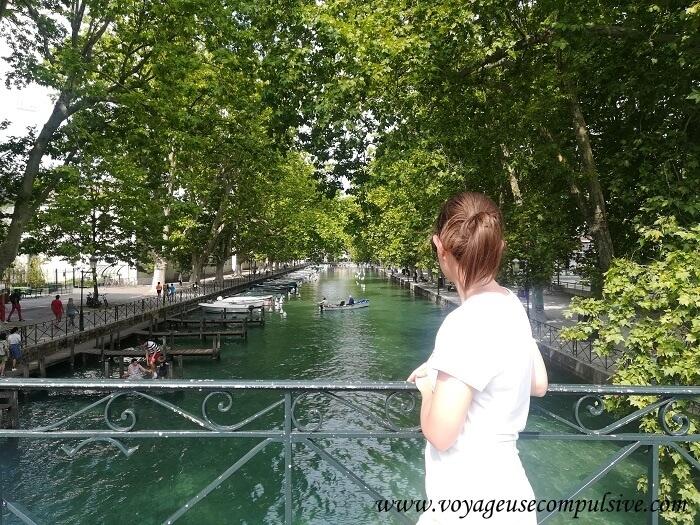 Vue sur le Canal du Vassé depuis le pont des Amours à Annecy