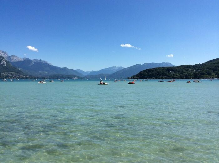 Vue sur le Lac d'Annecy et des montagnes qui l'entourent