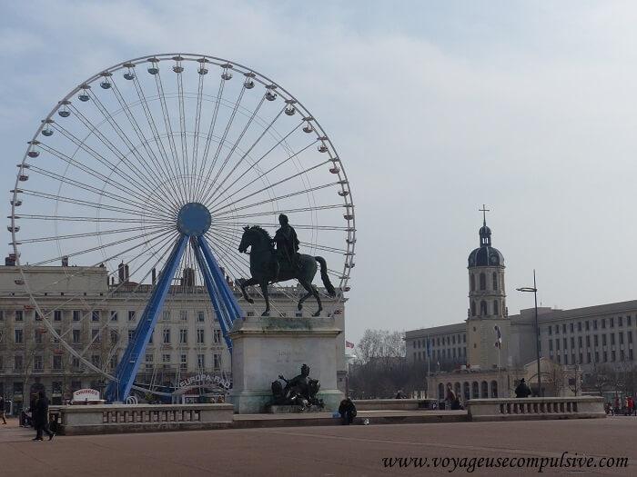 Statue en l'honneur de Louis XIV à Lyon, qui trône fièrement sur la place Bellecour, à quelques mètres de la grande roue