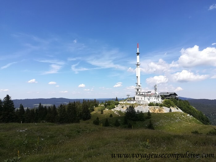 Vue sur l'émetteur du Montrond, qui se situe au sommet du Petit Montrond, au cours de la randonnée du Montrond dans le Pays de Gex.
