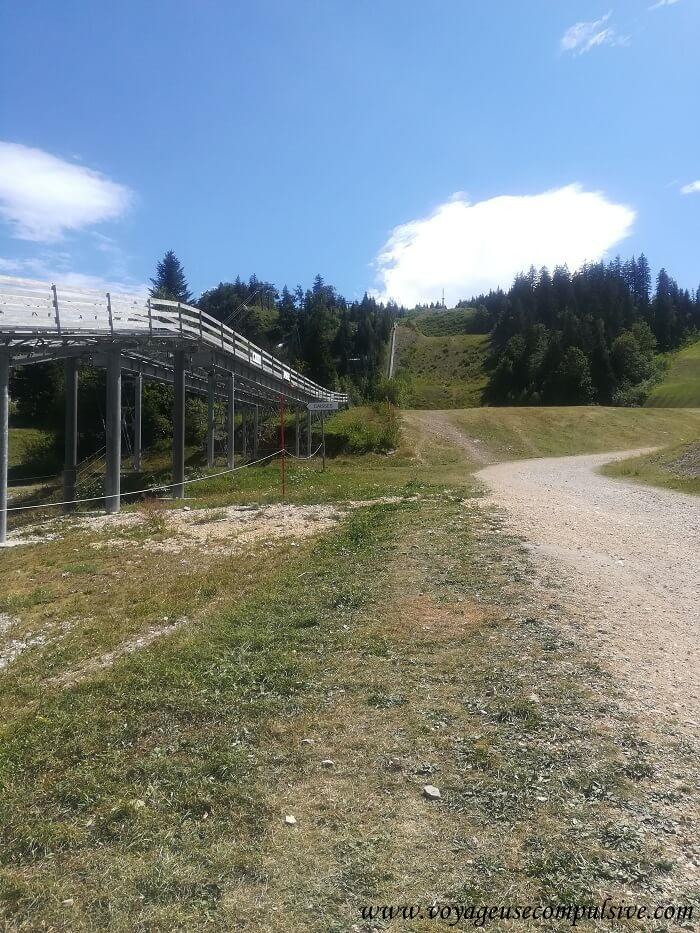 Début du sentier de la randonnée du Montrond au départ du col de la Faucille à Gex.