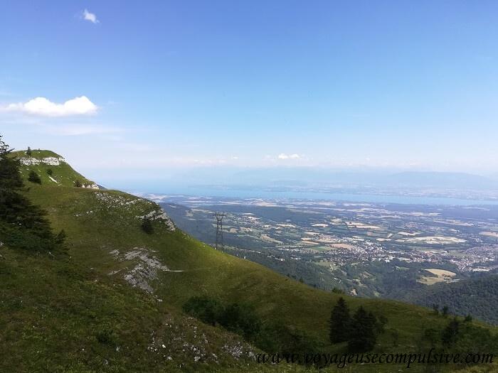 Vue sur le Mont-Blanc et Genève au cours de l'ascension du Grand Montrond.