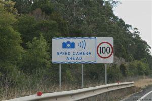 """Señal que adelante hay """"Camaras de Velocidad"""" y por lo tanto la velocidad máxima es 100 Km/hr."""