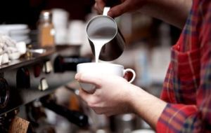La labor de preparación del café te enseñan en el curso de barista.