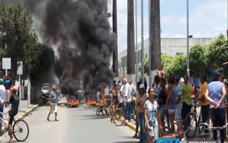 Beneficiários do auxilio moradia realizaram protesto em frente à prefeitura nesta quinta (10) em Carpina