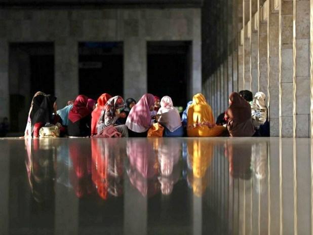 Ramadan is de maand waarin de Koran voor het eerst werd geopenbaard. Het wordt daarom ook wel maand van de Koran genoemd. Moslima's in Jakarta komen bijeen om de Koran gezamenlijk te reciteren en memoriseren.