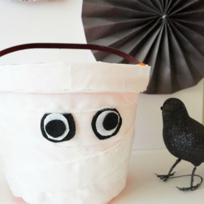 How cute is this Mummy Treat Bucket for trick-or-treating on Halloween!?