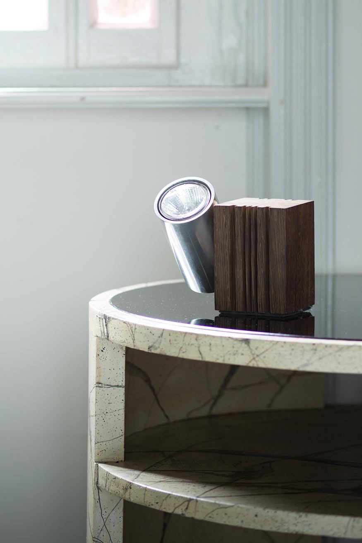 lampe de table spot orientable metal finition aluminium et socle cubique en bois naturel