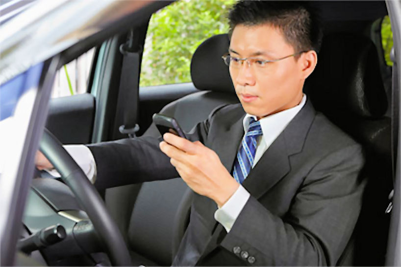 https://i1.wp.com/www.vrdriversim.com.au/wp-content/uploads/2017/02/Distracted_Driver-Male_2.jpg?w=1040&ssl=1