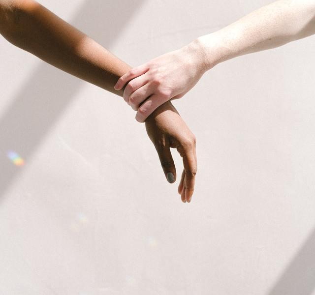 Verdiepen in Racisme, zo kan je daarmee beginnen. Bron: https://www.pexels.com/photo/hand-holding-someone-by-the-wrist-4557398/