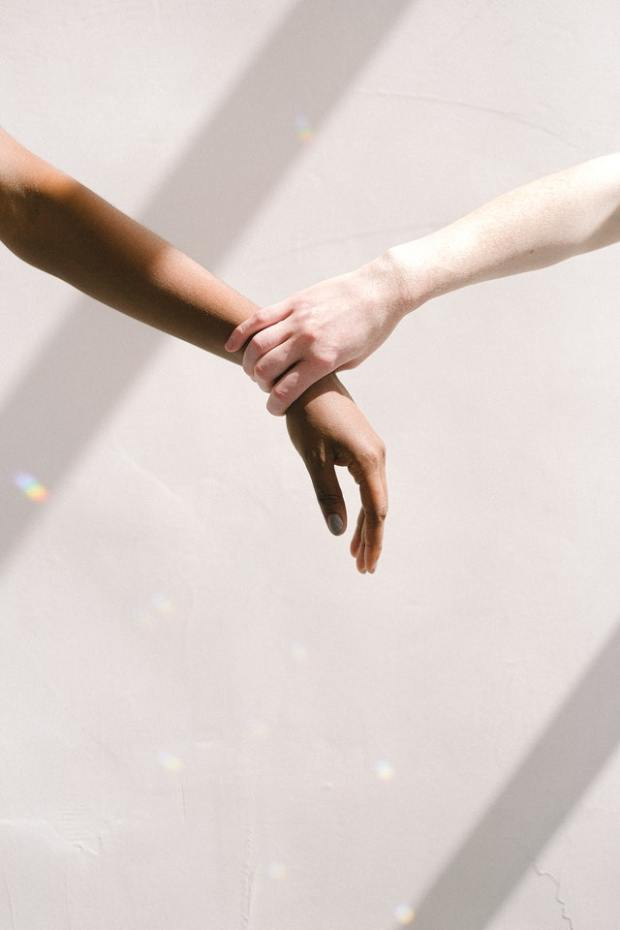Verdiepen in Racisme, zo kan je daarmee beginnen. Bron: https://www.pexels.com/photo/hand-holding-someone-by-the-wrist-4557398/