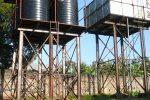 De nieuwe watertoren (links) naast de oude
