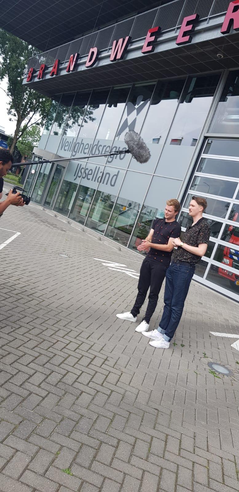 Bram Krikke en Tom van der Weerd voor de kazerne in Zwolle