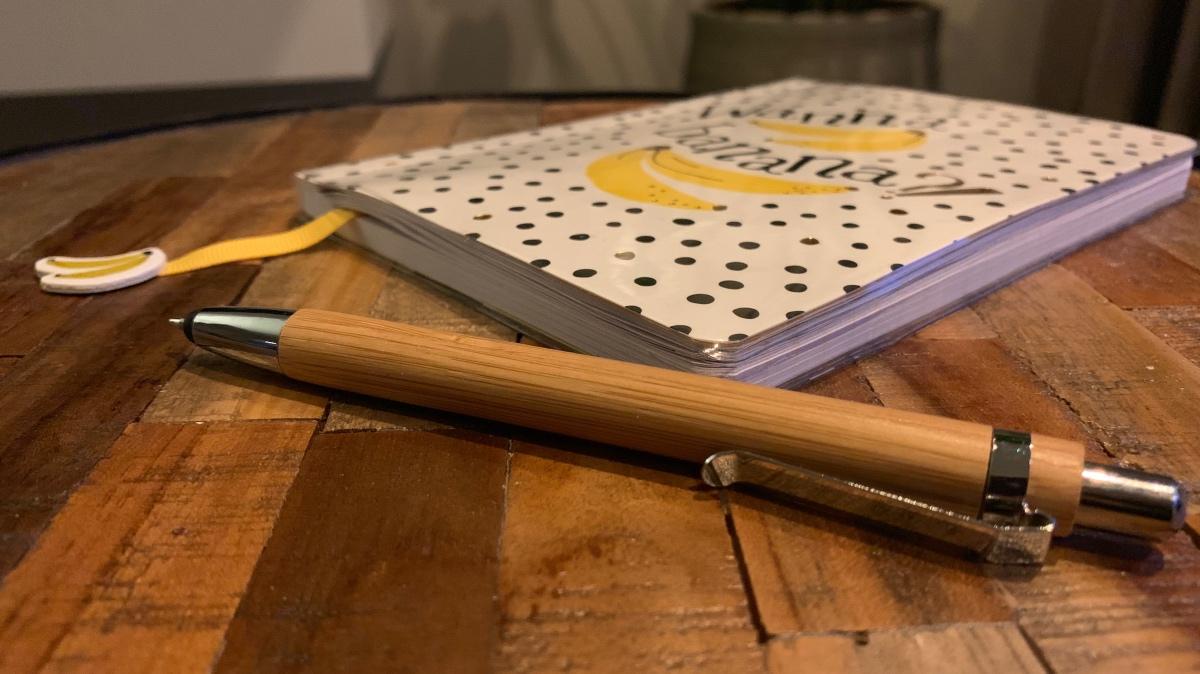 Notitieblokje en een pen op tafel