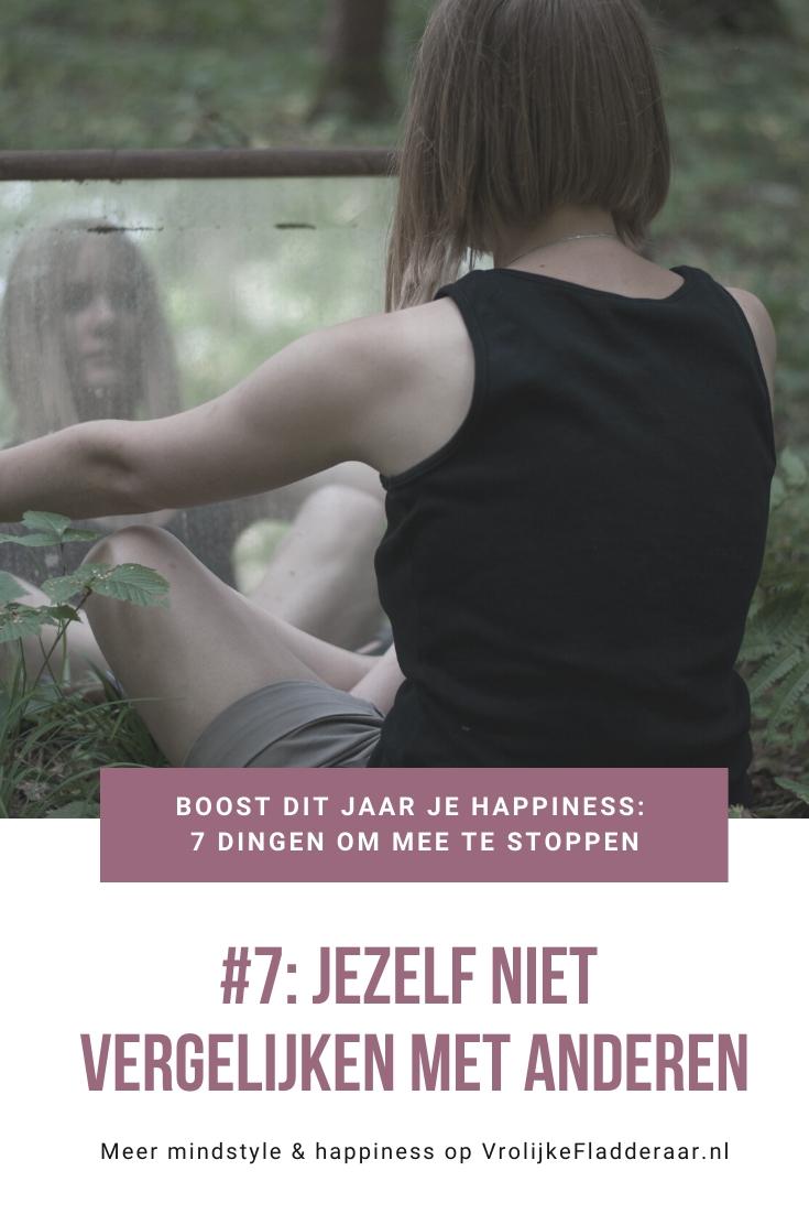 pinterest pin met de tekst: boost dit jaar je happiness, 7 dingen om mee te stoppen #7: jezelf niet vergelijken met anderen