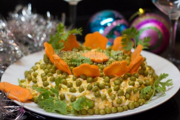 Салат с тунцом консервированным, огурцом, яйцами - рецепт ...