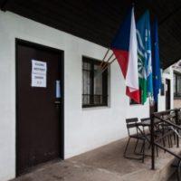 vstup do volební místnosti