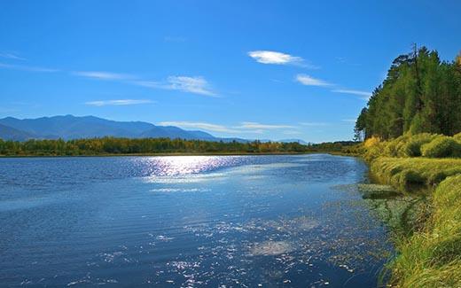 Quel est le régime de la rivière et que dépend-il?