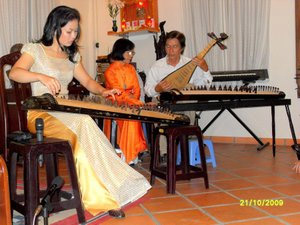 Thanh Thủy playing the zither