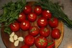 Кладем чеснок в помидоры