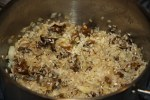 Обжариваем луковицу, добавляем грибы и рис