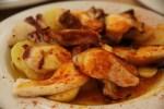 Осьминоги, обсыпанные испанским красным перцем