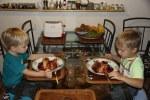 Дети готовы к поеданию френч-тостов
