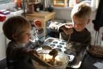 Дети готовят маффины
