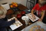 Дети готовят имбирное печенье