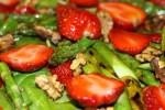 Салат из клубники со спаржей и шпинатом