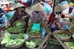 Торговки зеленью на рынке в Хой Ане
