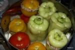 Фаршированные перцы и помидоры в кастрюле
