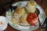 Фаршированные перцы и помидоры с йогуртовым соусом