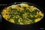 Посыпаем пирог тертым сыром и укропом
