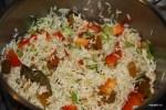 Добавляем в рис болгарский перец и изюм