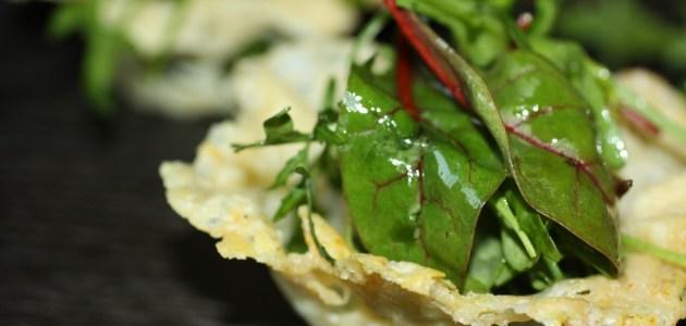 Выкладываем салатные листья в корзиночку из пармезана
