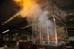 Дубовую кору подвергают горячей обработке. Провинция Алентежу, Португалия
