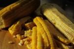 Срезаем с кукурузы зерна