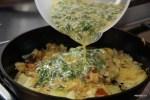 На обжаренный картофель с луком наливаем яичную смесь
