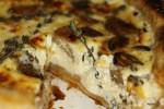 Пирог с карамелизированным чесноком и козьим сыром от Йотама Оттоленги