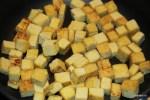 Обжариваем кусочки тофу до золотистого цвета