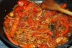 Обжариваем перца с луком