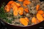 К обжаренному мясу добавляем овощи, грибы и пряные травы