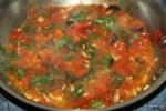 Обжариваем помидоры с оливками и базиликом