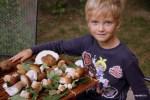 Филипп показывает собранные грибы