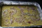 Вылеваем тесто в форму с оливковым маслом и выкладываем сверху красный лук
