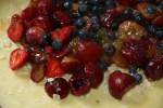 Выкладываем ягоды на измельченный миндаль